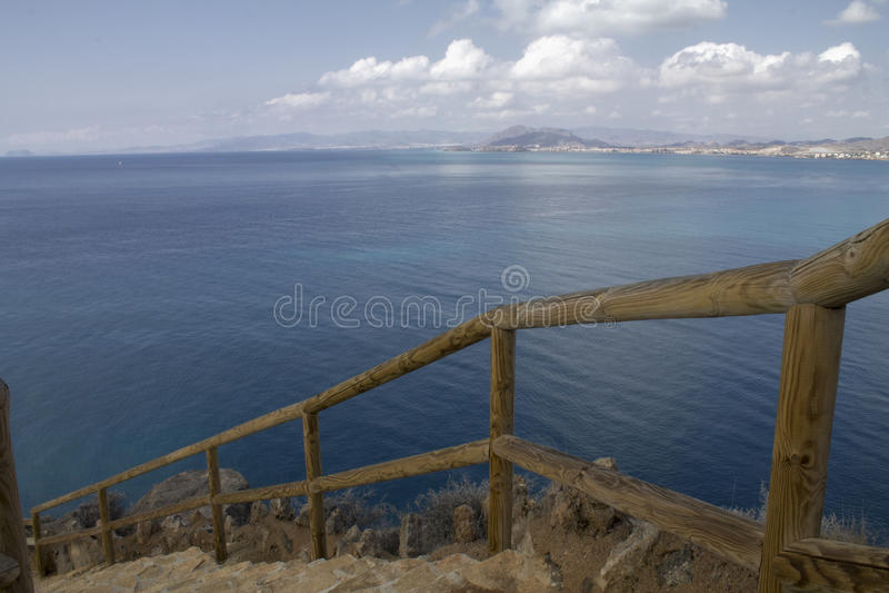 Escalier vers la mer image libre de droits