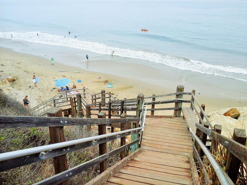 Escalier vers le bas à la plage photos libres de droits