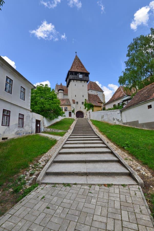 Escaliers à l'entrée de l'église enrichie de Bazna, Roumanie photo stock