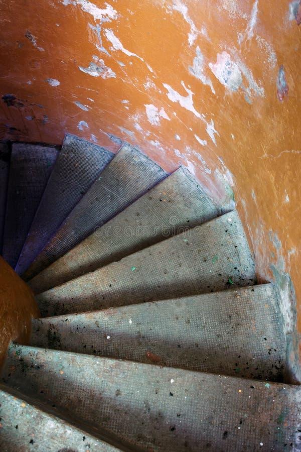 Escaliers à l'intérieur de la balise photographie stock libre de droits