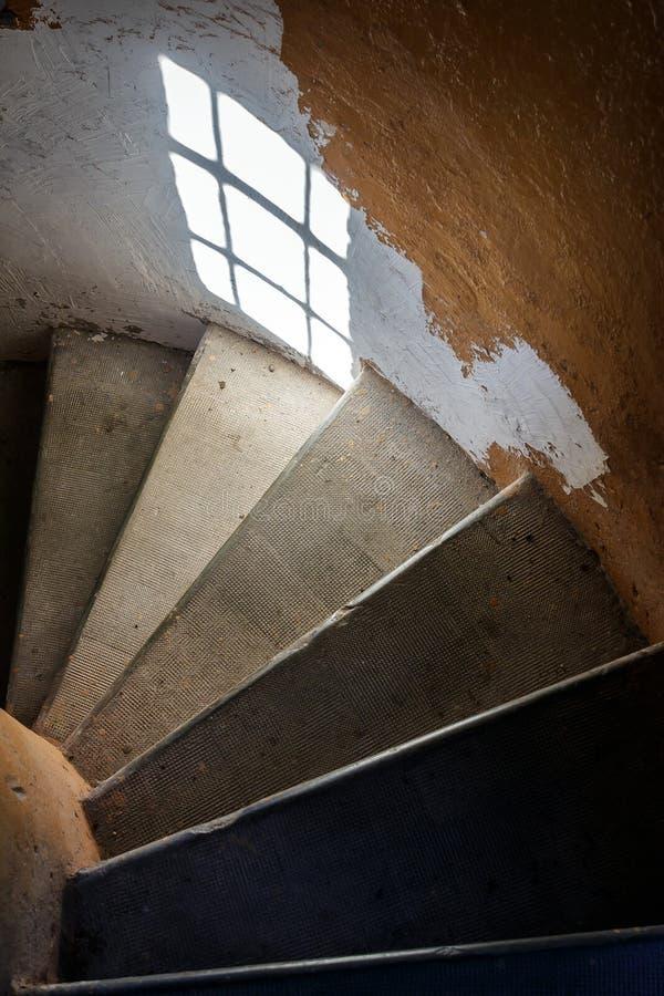 Escaliers à l'intérieur de la balise images libres de droits