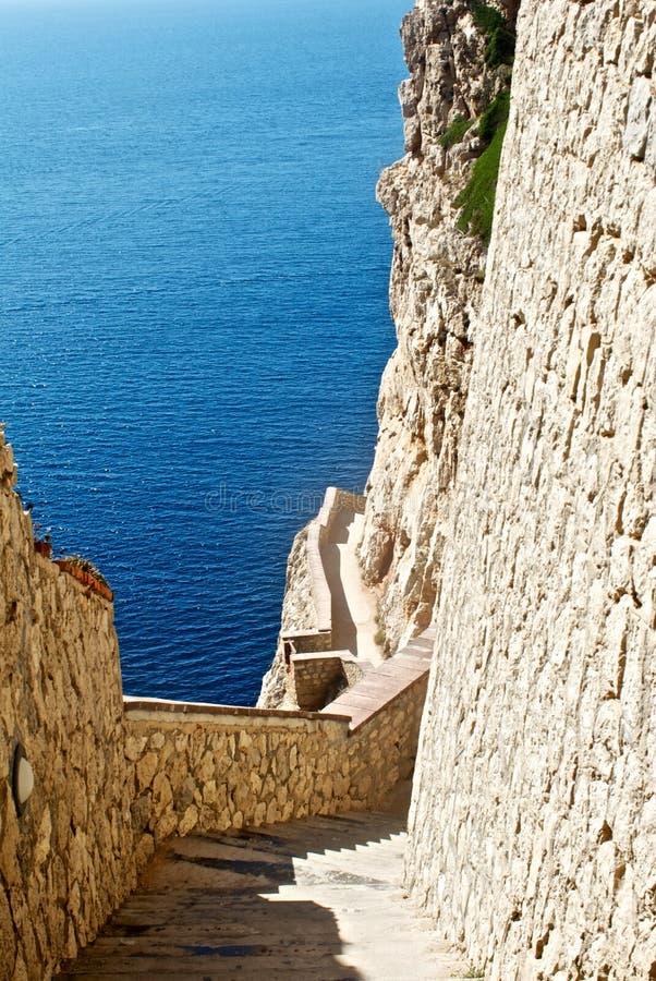 Escaliers à la caverne de nature dans le capo Caccia photographie stock