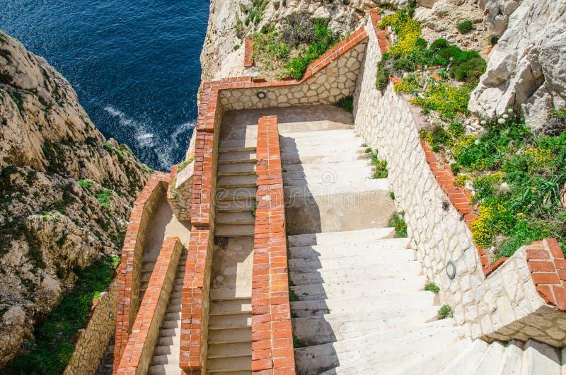 Escaliers à la caverne de Neptune dans le capo Caccia images libres de droits