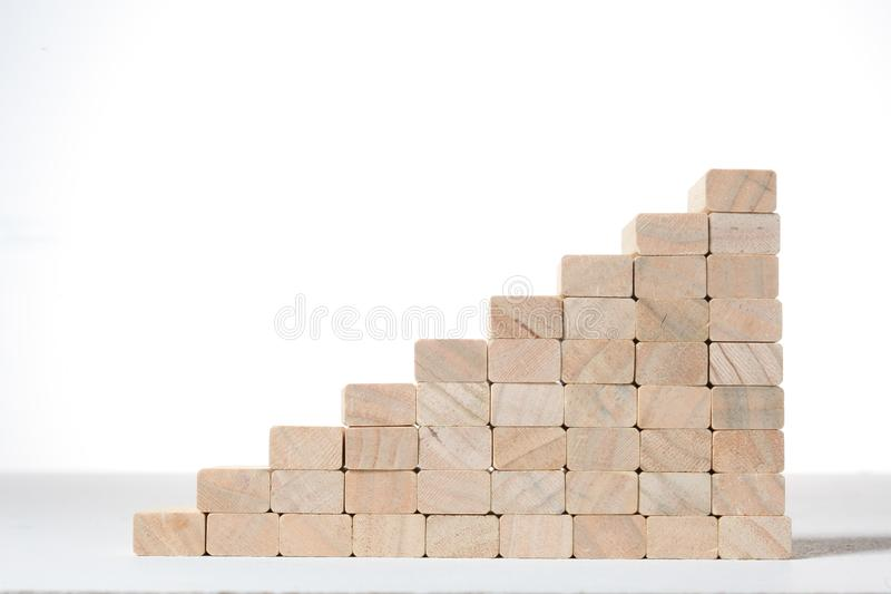 Escaliers à la construction de succès avec les blocs en bois sur le fond gris avec l'espace de copie images stock