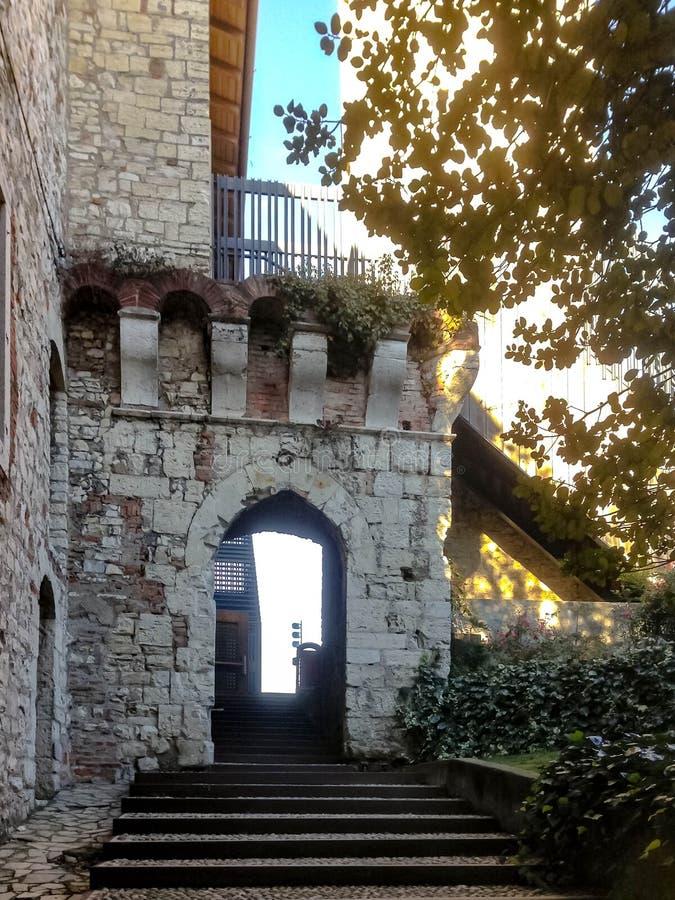 Escaliers à la cour de la forteresse antique à Brescia photo stock