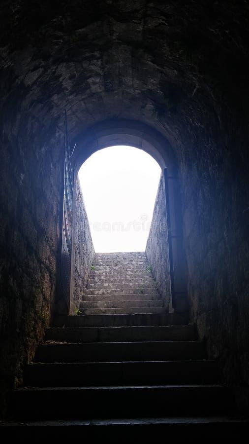 Escaliers à la lumière images libres de droits