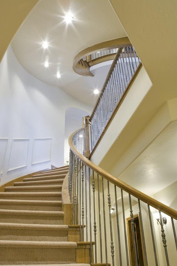 Escaliers à la maison de luxe avec trois niveaux image stock