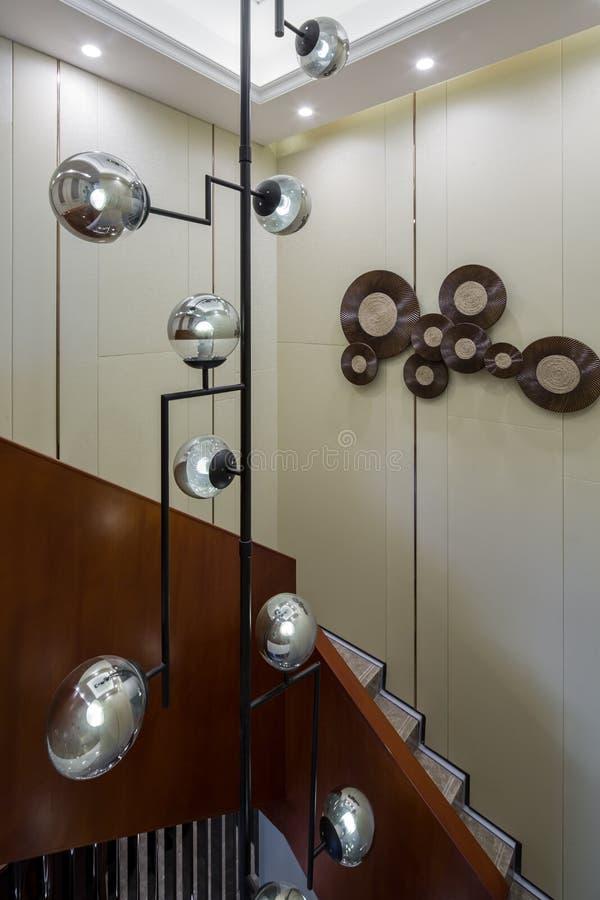 Escaliers à la maison intérieurs de luxe modernes de villa de conception images libres de droits