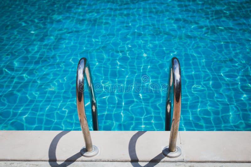 Escaliers à la piscine photographie stock libre de droits