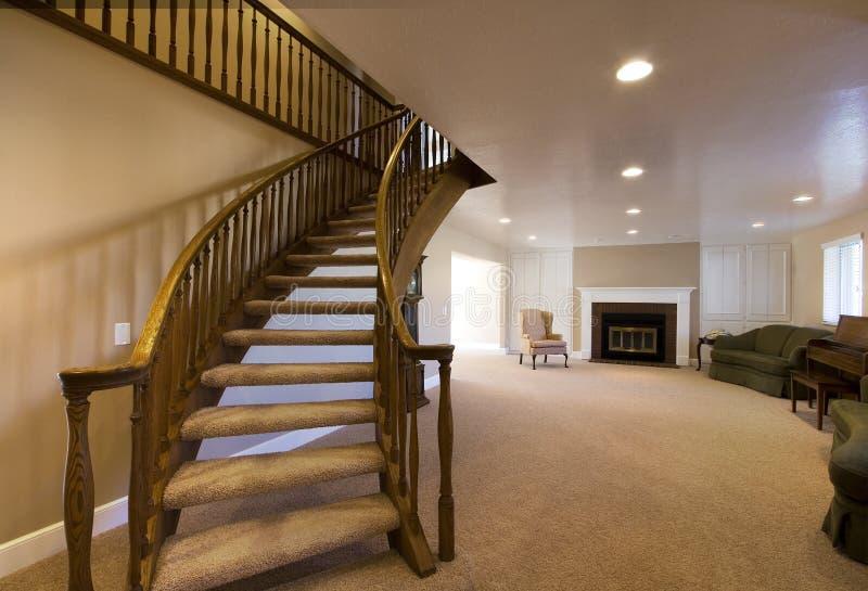 escaliers allants de salle de séjour vers le haut photographie stock libre de droits