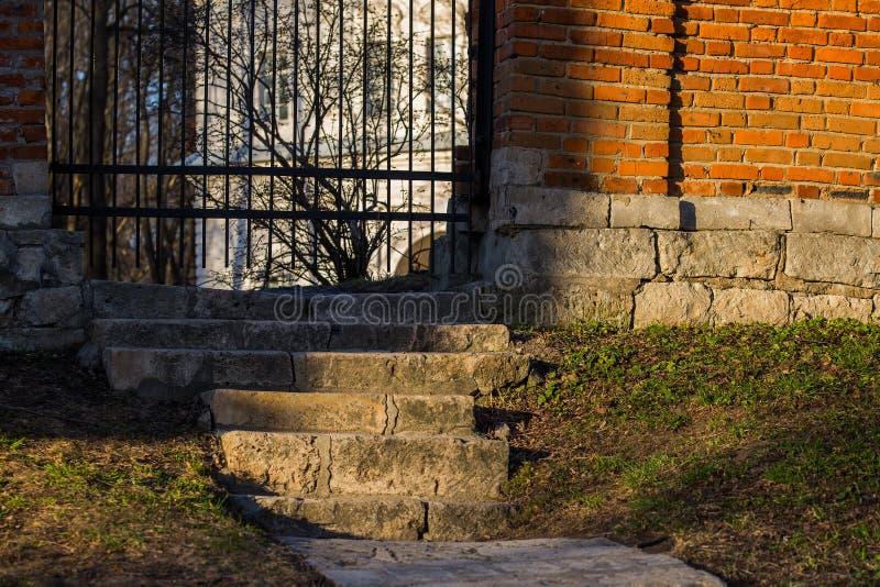 Escaliers au guichet dans la barrière de brique du ` s de manoir photos libres de droits