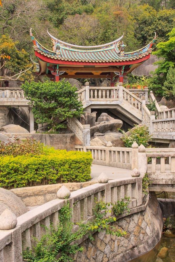 Escaliers au pavillon contre la montagne au temple bouddhiste, Xiamen, Chine image libre de droits