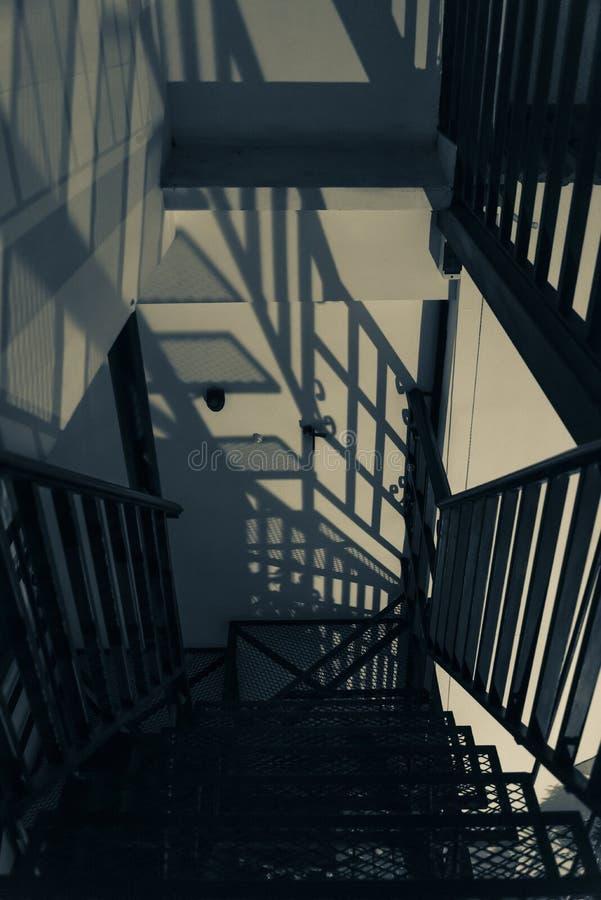 Escaliers avec des ombres photos libres de droits