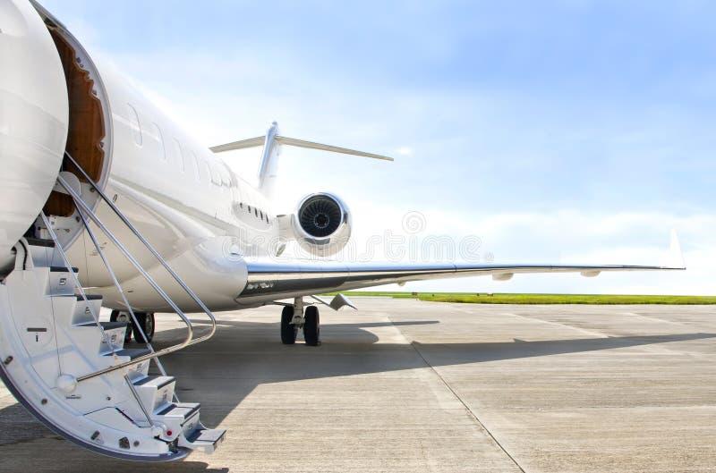 Escaliers avec le moteur à réaction sur un avion privé - bombardier photo libre de droits