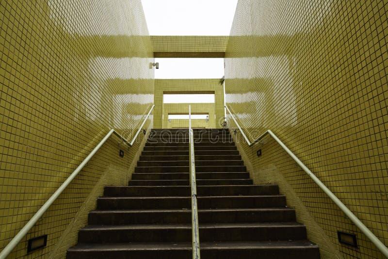 Escaliers avec les murs jaunes photos stock