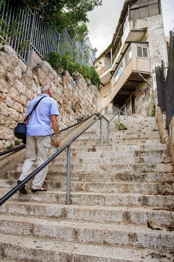 Escaliers avec un homme se levant image stock