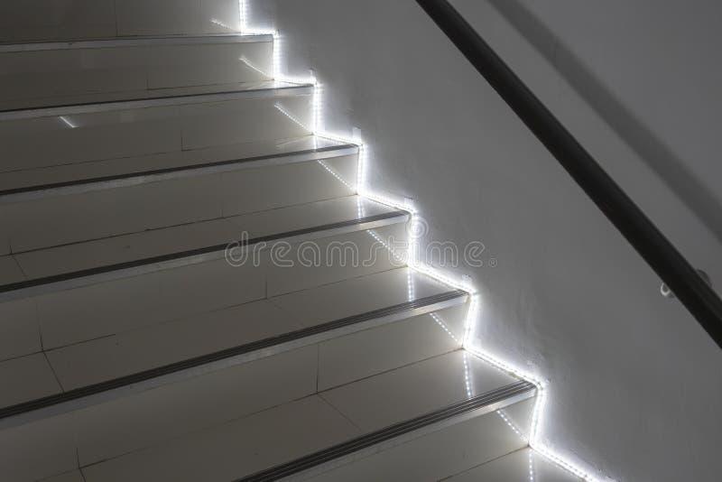 Escaliers blancs avec la lumière - composition en escalier photographie stock libre de droits