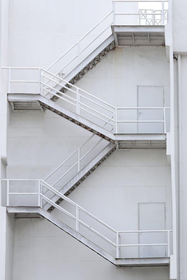 Escaliers blancs d'un bâtiment pour des urgences photo libre de droits