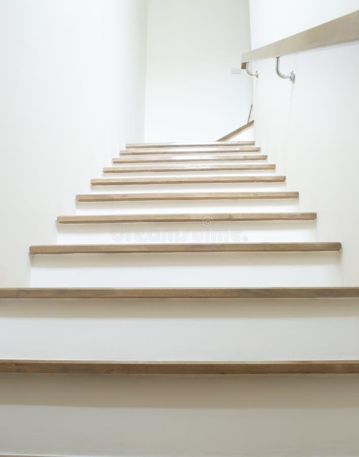 escaliers blancs sur le mur en bois et blanc avec la balustrade en bois image stock