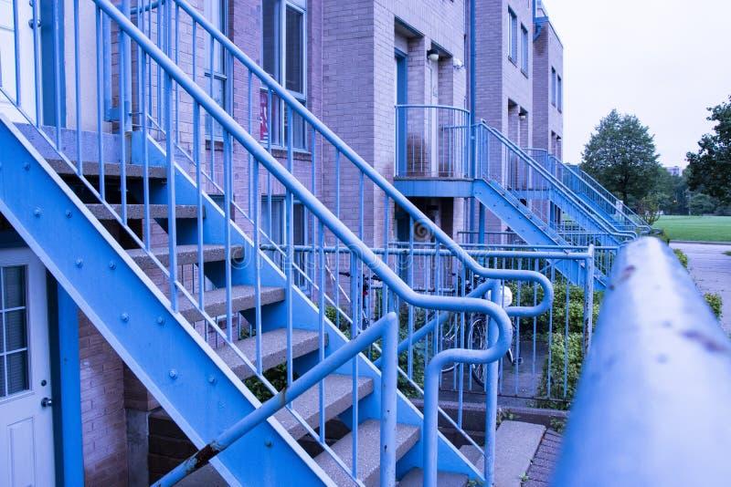 Escaliers bleus d'entrée de bâtiment en métal dans le campus universitaire photo stock