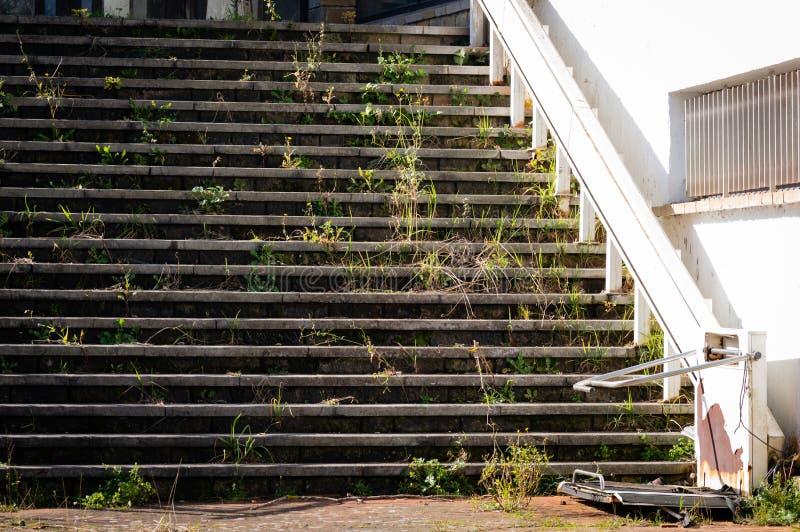 Escaliers cassés avec la plate-forme de levage spéciale pour des utilisateurs de fauteuil roulant, à l'entrée au bâtiment abandon photographie stock libre de droits