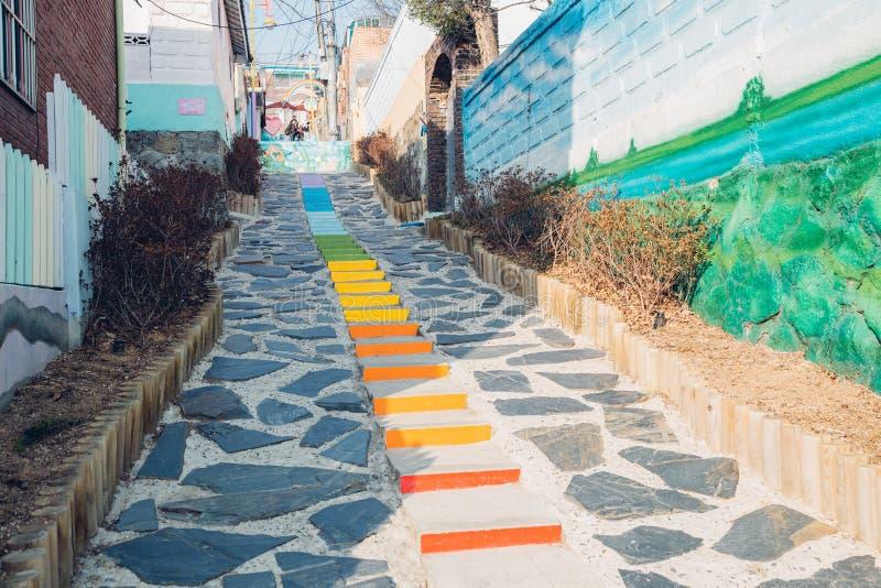 Escaliers colorés dans le village de conte de fées de Songwol-Dong, Incheon, Corée photographie stock