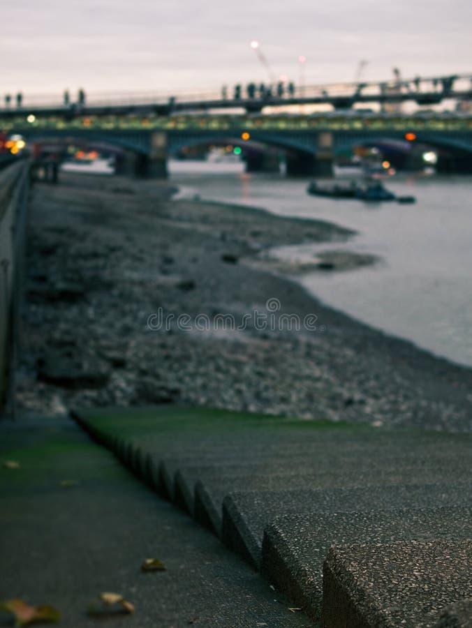 Escaliers concrets au lit de la rivière de la Tamise avec le pont de millénaire à l'arrière-plan photo libre de droits