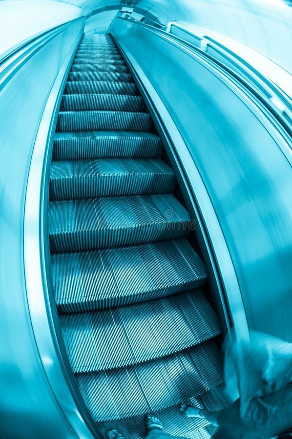 escaliers contemporains d 39 escalator avec des banlieusards. Black Bedroom Furniture Sets. Home Design Ideas
