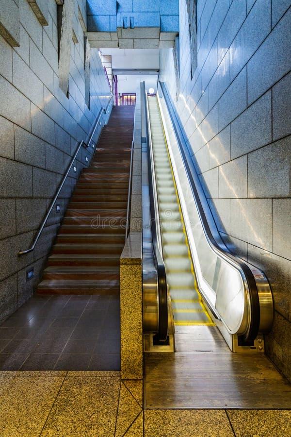 Escaliers contre l'escalator photographie stock libre de droits