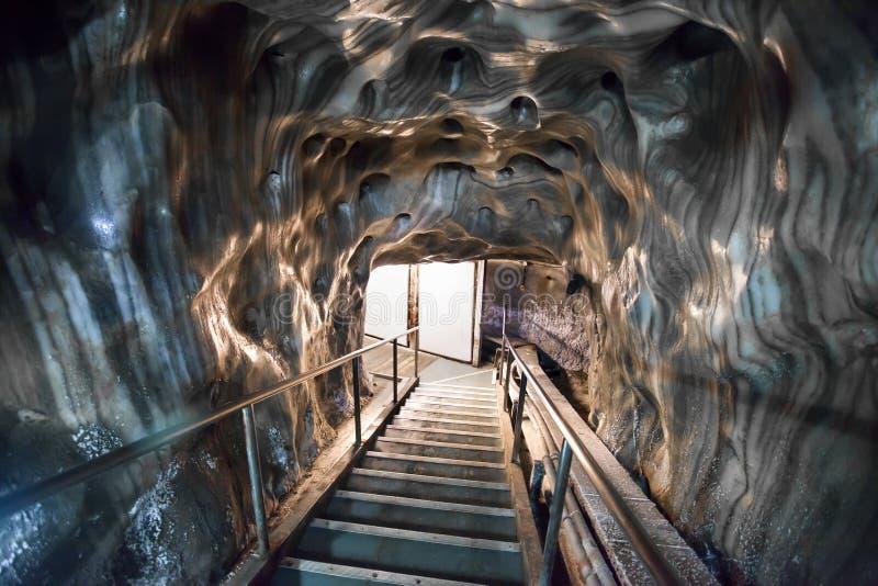 Escaliers d'entrée dans la mine de sel de Turda photo libre de droits