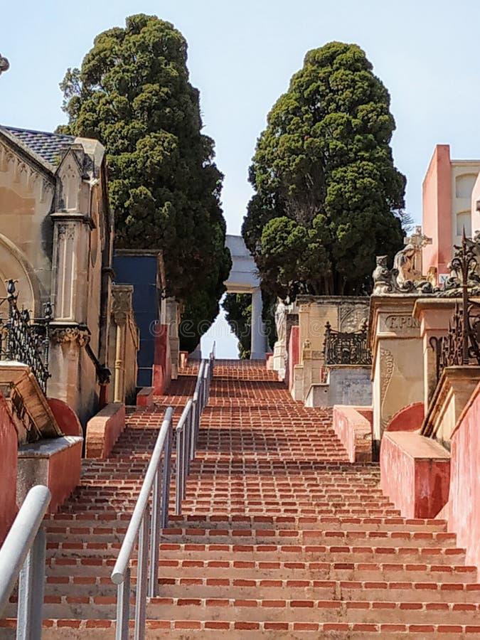 Escaliers d'un cimetière qui vont au ciel images stock