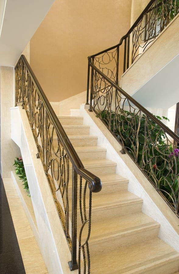 Escaliers dans la maison moderne