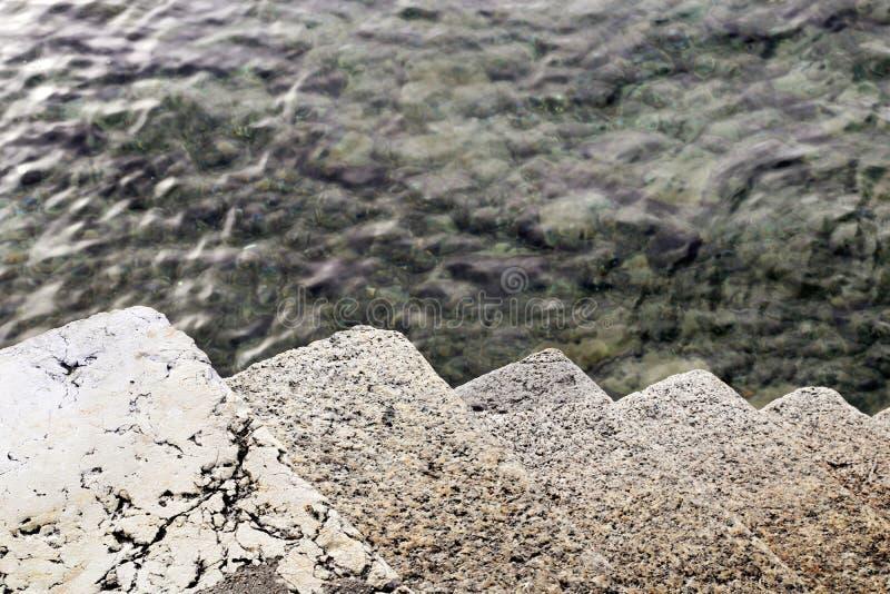 Escaliers dans la noyade extérieure à froid de l'eau photos libres de droits