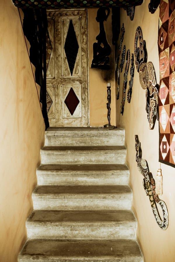 Escaliers dans la vieille maison rustique photographie stock libre de droits