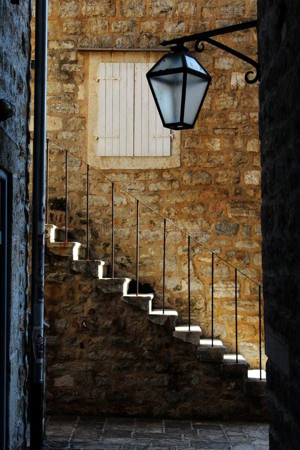 Escaliers dans la vieille ville, Budva photos stock