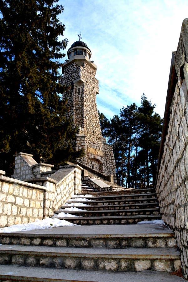 Escaliers dans le mausolée des héros dans Mateias, près de Campulung images stock