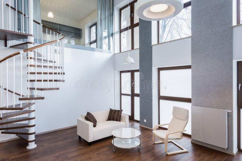 Escaliers dans le salon dans le manoir contemporain photo libre de droits