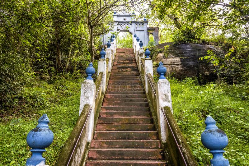 Escaliers dans le temple bouddhiste de roche dans Mulkirigala, Sri Lanka photographie stock
