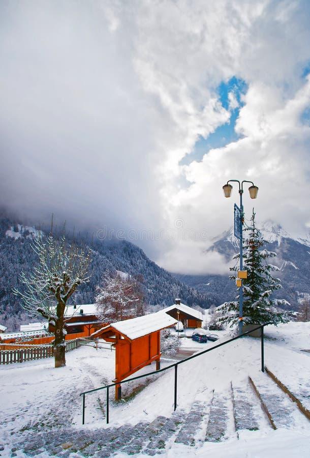Escaliers dans le village alpin français dans Champagny Vanoise en hiver image libre de droits
