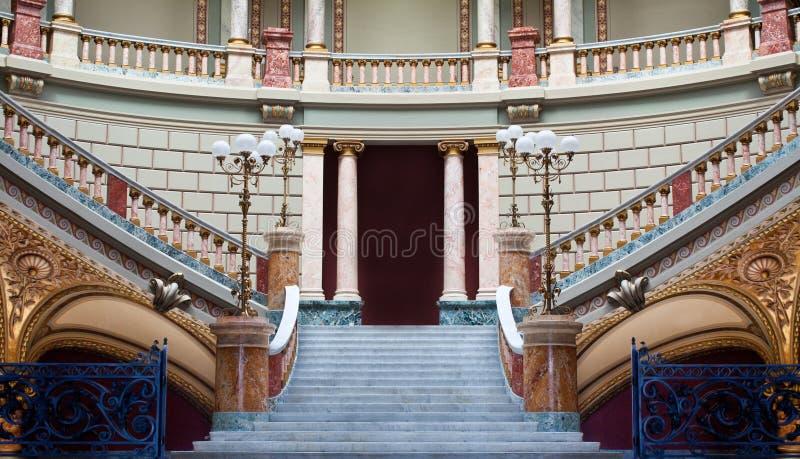 Escaliers dans un palais image libre de droits