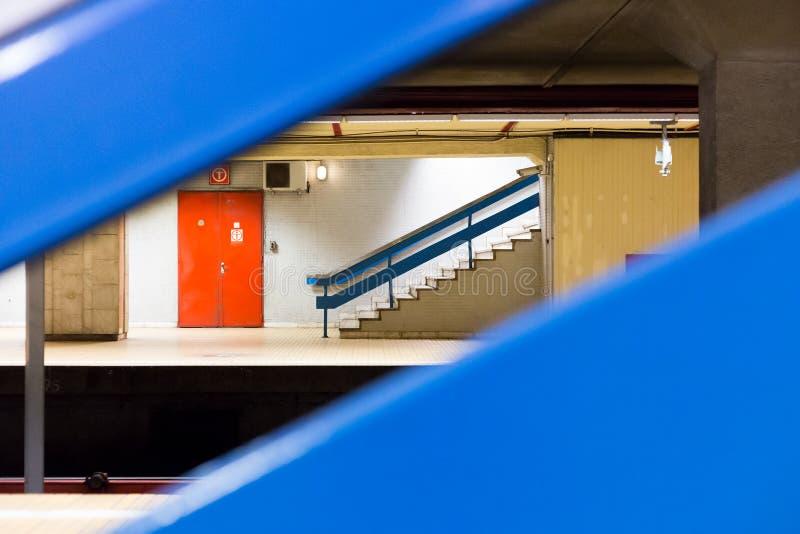 Escaliers dans une station de métro sur la plate-forme photo stock