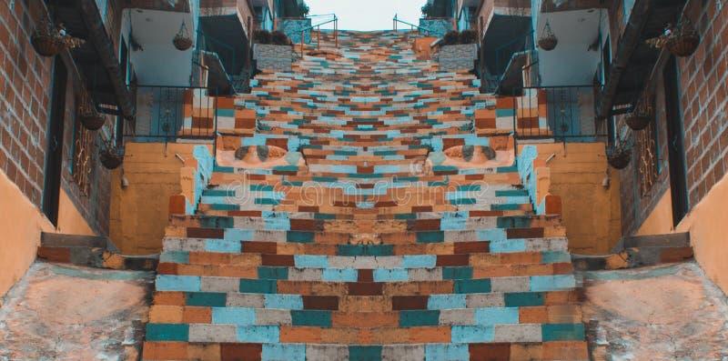 Escaliers de couleurs symétriques images stock