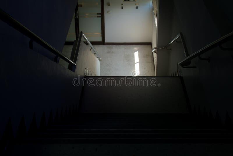 Escaliers de couloir du bâtiment dans le ton sombre image stock
