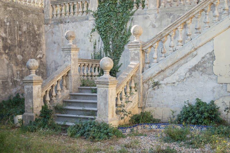 Escaliers de jardin d'un vieux manoir abandonné photo stock