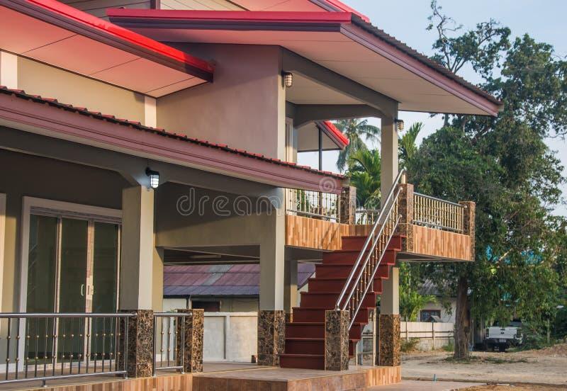 Escaliers de nouveau pavillon moderne de deux étages sous le ciel bleu images stock