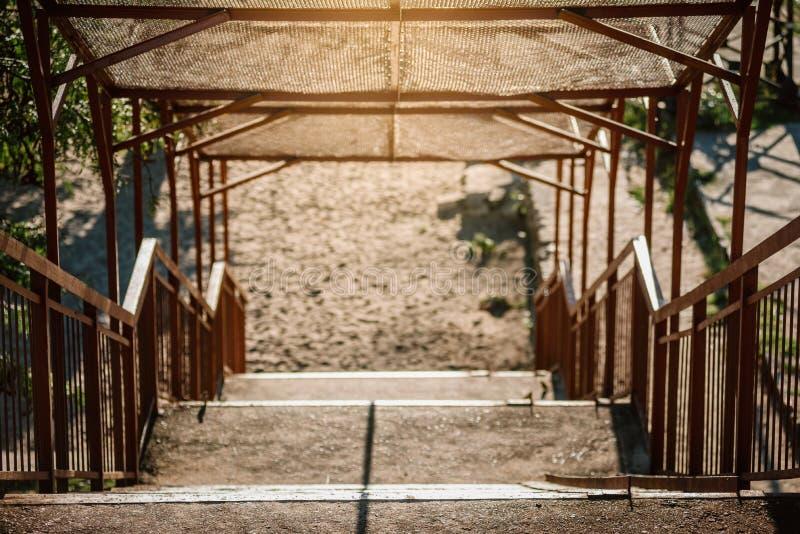 Escaliers de pont piétonnier photographie stock libre de droits