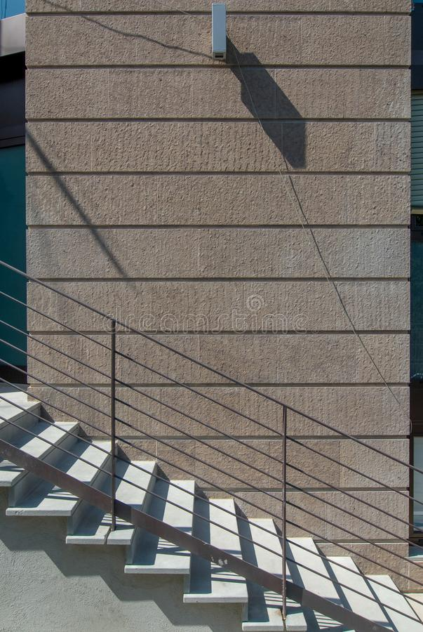 Escaliers devant le mur images libres de droits