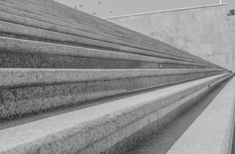 Escaliers diagonaux abstraits, dans une vue géométrique de perspective en pierre large d'escalier de ville images libres de droits