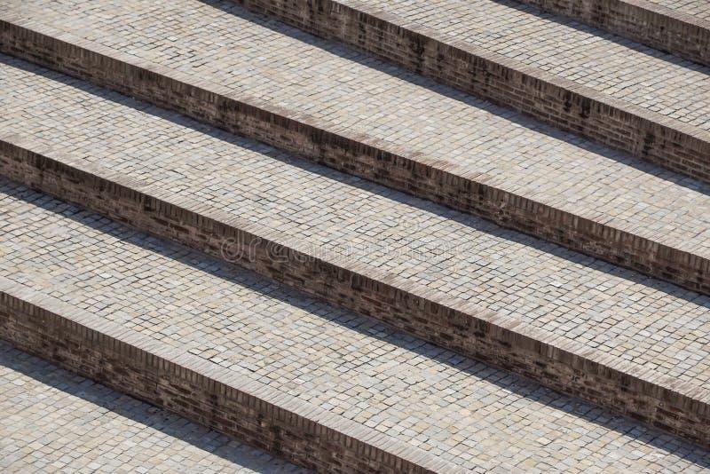 Escaliers diagonaux abstraits, vieil escalier porté de granit sur une place de ville, perspective en pierre large d'escalier souv image libre de droits