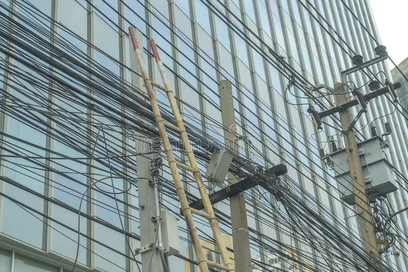 Escaliers en bambou avec les poteaux légers et les fils occupés photo libre de droits
